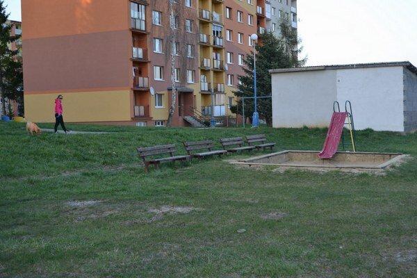 Ihrisko na starom juhu. Aj tu sa deti chodia hrať, majú to priamo za bytovým domom.