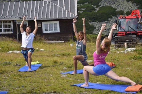 Priaznivci jogy počas cvičenia s profesionálnou cvičiteľkou na Skalnatom plese.