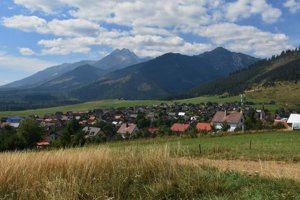 Na snímke pohľad na časť obce Lendak, v pozadí Vysoké a Belianske Tatry.