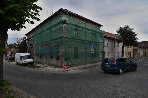 Na snímke robotníci opravujú fasádu na budove Špeciálnej základnej školy na Kostolnom námestí v Kežmarku.