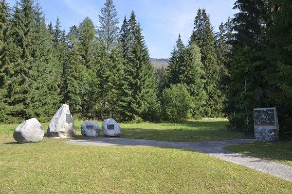 Pamätník SNP a pamätná tabula s mapou bojov SNP v oblasti Vysokých Tatier (vpravo) v Podbanskom.