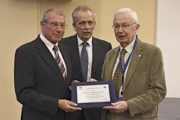Nositeľ Nobelovej ceny Jean - Marie Lehn (vpravo), primátor Vysokých Tatier Ján Mokoš (vľavo) a prezident Slovenskej chemickej spoločnosti Viktor Milata počas udeľovania čestnej plakety.