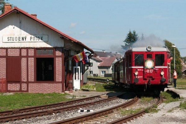 Historický motorák M 131 Hurvínek vychádza zo stanice Studený Potok.