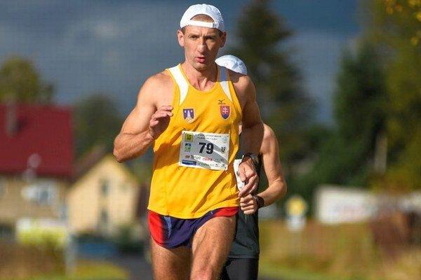 Tomáš Kamas v akcii. Beží si po striebro.