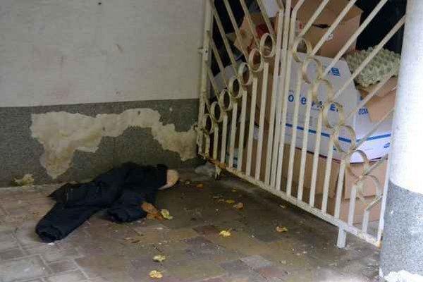 Bunda pod schodmi pri prevádzke. Také prekvapenie čakalo majiteľa ráno.