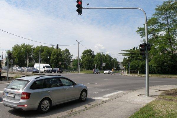 Na križovatke zmenili signalizačný plán, aby vyhoveli vodičom.