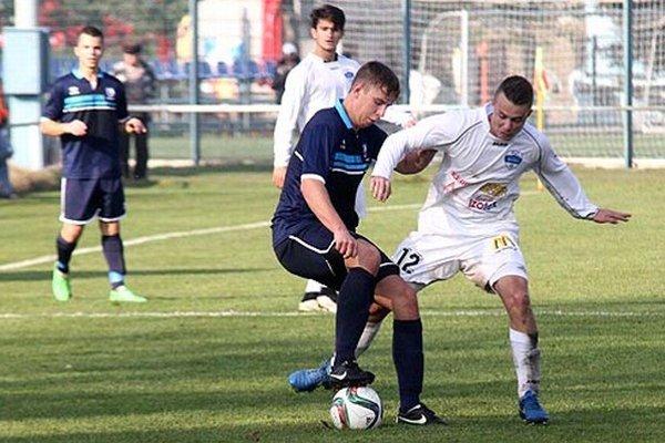 Dva rýchle góly v zápase B-tímov strelil Nitran Andrej Hnilica (v bielom s č. 12).