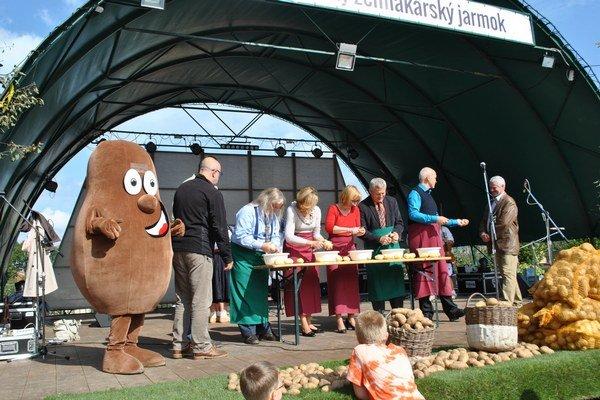 Vysoká účasť bola aj kvôli zaujímavému programu. Prebiehali rôzne zemiakové  súťaže.
