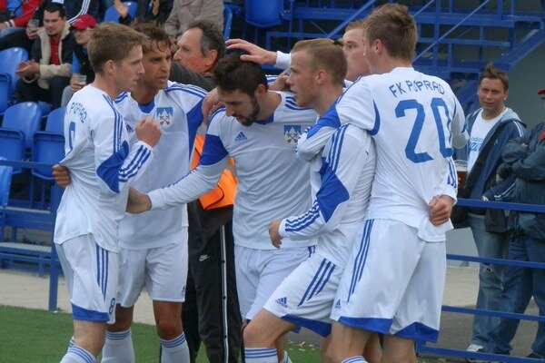 Radosť po góle Ujčíka. Tomáš Sedlák (druhý zľava) sa teší so spoluhráčmi.