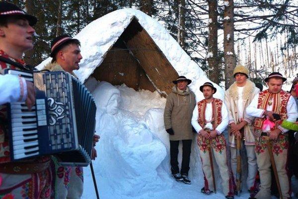 Na snímke koledníci z Lendaku oblečení v goralských krojoch a Peter Petras starší (štvrtý sprava) pred snehovým betlehemom.