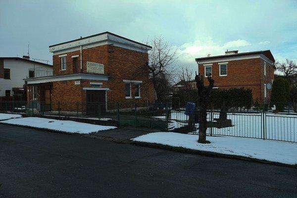 Tradičné červené tehlové domčeky stavané pre zamestnancov Baťovej textilnej fabriky na Mierovej ulici vo Svite.