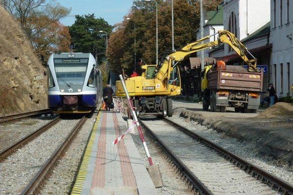 Vlaky v Kežmarku pre rekonštrukciu museli využívať len druhú koľaj.
