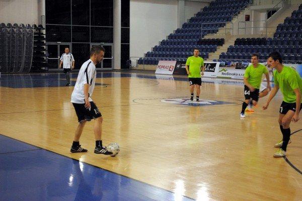 Remízový zápas. Jozef Polák (v bielom) v ňom strelil 3 góly.