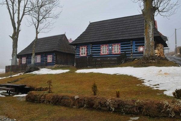 Tradičné ždiarske drevenice stojace v centrálnej časti obce.