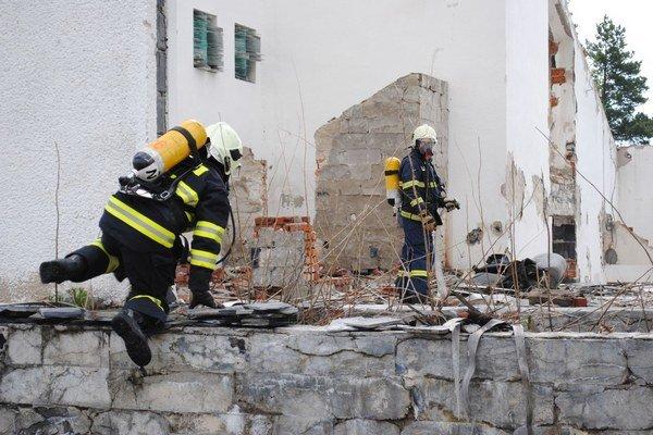 Hasiči cvičili v autentickom prostredí. Z rozpadnutej budovy zachraňovali figurantov.