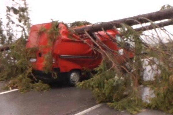 Padajúci strom v Tatrách zasiahol auto.