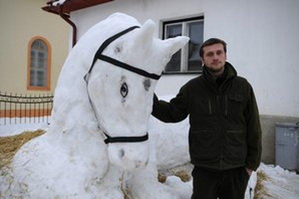 Peter Oravec pred snehovou sochou koňa.