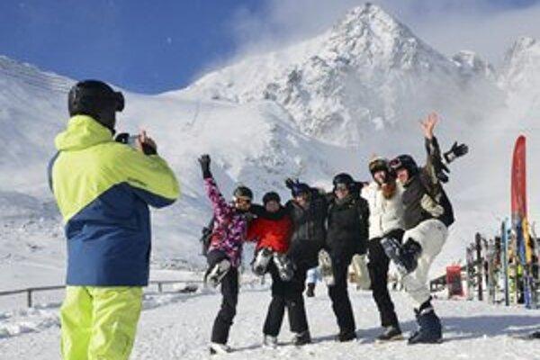 Turisti sa fotia na Skalnatom plese, v pozadí Lomnický štít,