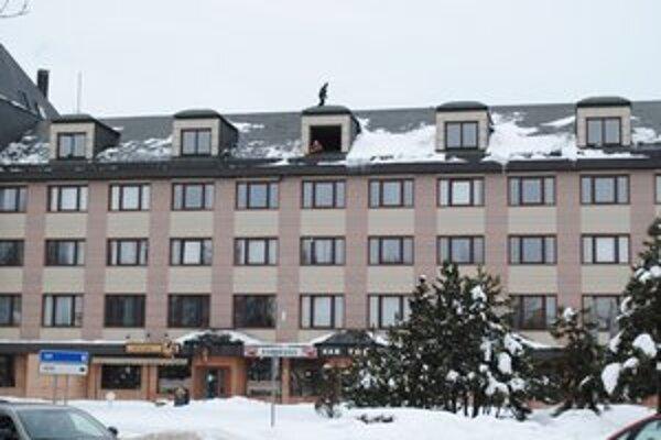 Chodili po streche. Zhadzovali sneh.