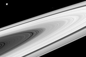 Prstence planéty Saturn a jeho mesiace Dione a Epimetheus.