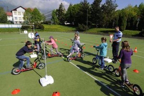 Druháci zo Základnej školy v Tatranskej Lomnici na križovatke mobilného dopravného ihriska.