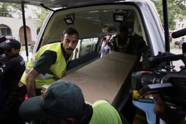 Prevoz pozostatkov zastrelených horolezcov v Pakistane.