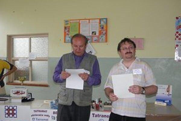Ján Turek (vpravo). Krížovkám sa venuje už 30 rokov.