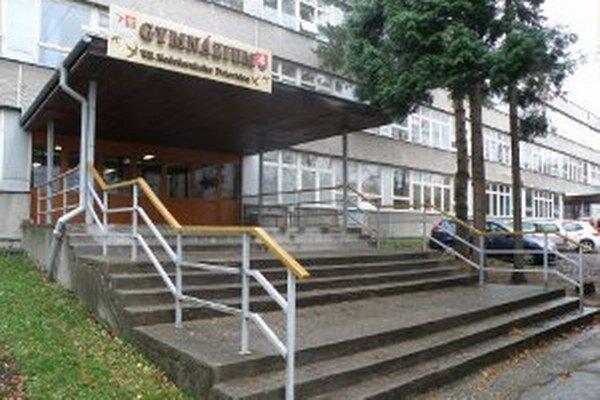 Prievidzské gymnázium bolo 4. novembra pre riaditeľské voľno zatvorené.