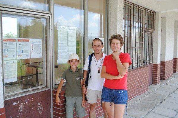 Turisti z Čiech. Čermákovci sa obávali pokuty, radšej šli peši.