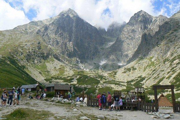 Lomnický štít. Obľúbený cieľ turistov vo Vysokých Tatrách.