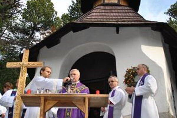 Svätá omša. Priamo na symbolickom cintoríne na Popradskom plese odslúžili svätú omšu.