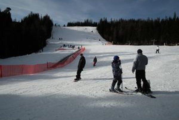 Štrbské pleso. Okolo obeda sa tam lyžovalo viac ako 500 lyžiarov.