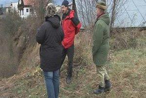 Obyvatelia Mlynčekov. Ukazujú na miesto, kde rysa videli.