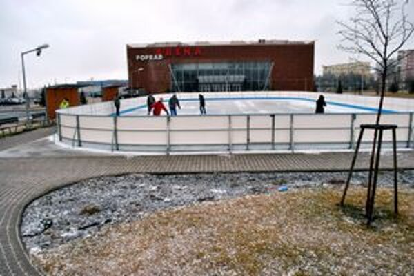 Ľadová plocha. Pri Aréne Poprad ju otvorili v sobotu ráno.