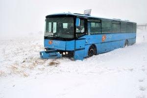 S autobusom v bilborde. S týmto autobusom počas snehovej kalamity skončil šofér autobusu v bilborde.