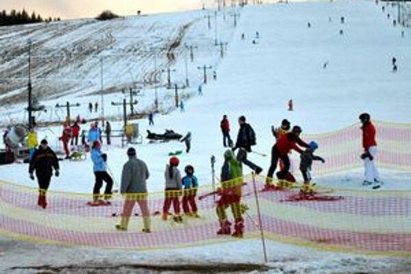 Snehu je málo. Prevádzkovatelia zachraňujú situáciu umelým zasnežovaním.