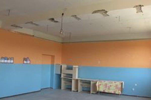 Ešte v septembri sa v triede zrútila stropná konštrukcia zo sadrokartónu.