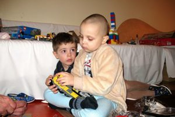 Chorý Šimonko Faban (vpravo). Takto sa hral na Vianoce so svojim mladším súrodencom Emilom (vľavo).