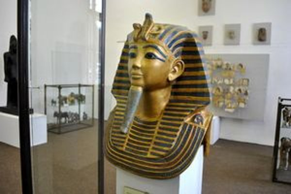 Tutanchamónova pohrebná maska. Najznámejší kus egyptskej histórie zdobí priestory múzea.
