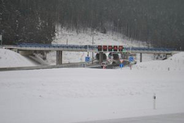 Tunel Bôrik. V modernom diaľničnom tuneli sa v súčasnosti jazdí osemdesiatkou.