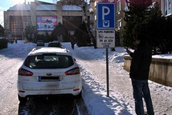 SMS parking na Mnoheľovej. Na dopravnej značke nájdu vodiči všetky informácie.