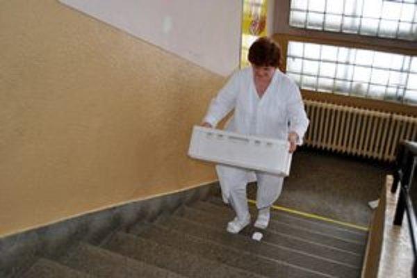 Kuchárky vo Veľkej už nebudú musieť vláčiť kilá potravín po schodoch.