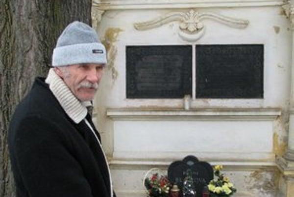 Chatár z Rainerovej chaty Peter Petras pri hrobe J.J. Rainera na cintoríne v Poprade-Spišskej Sobote.