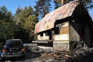 Oheň poškodil aj auto parkujúce vedľa chaty.