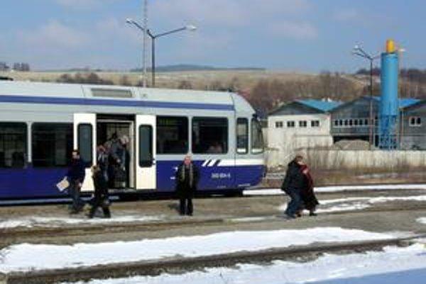 """""""Modré"""" vlaky pod Tatrami budú premávať minimálne do konca roka."""