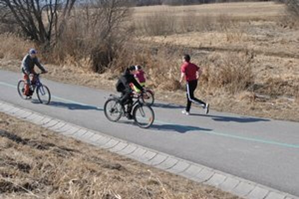 Počasie prialo aj športovcom. Cyklistický chodník zaplnilo množstvo športuchtivých ľudí.