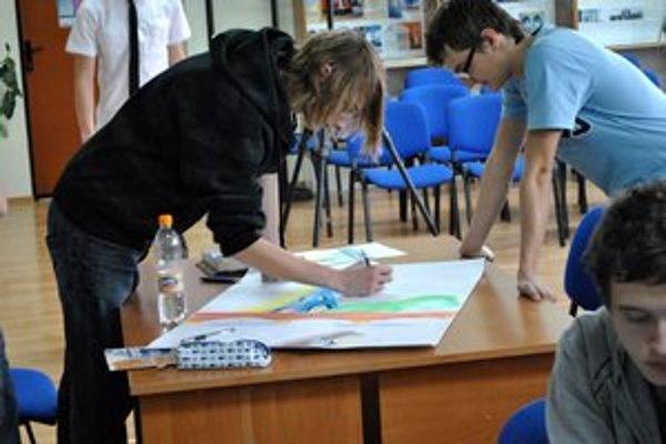 Maľovali v skupinách. Zámerom podujatia bolo spájať študentov.