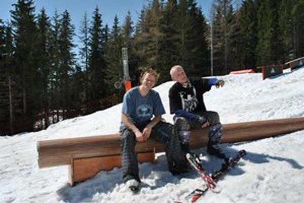 Užili si posledné chvíle na snehu. Tatranskí akrobati na lyžiach Peter Tomko (vľavo) a Pavol Bartoš.