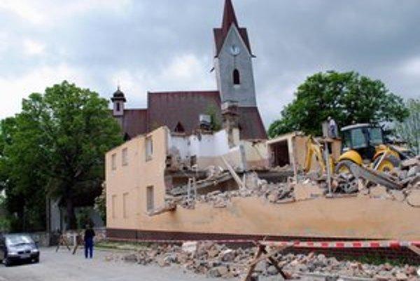 Sporné miesto. Bývalú škôlku, ktorú búrajú, má nahradiť nový chrám. Postavia ho vedľa existujúceho.