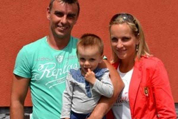 Onedlho sa budú sťahovať. Arne Kroták s manželkou Nikolou a synčekom Alexom.